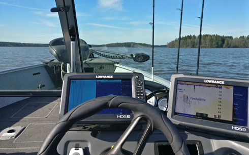 Kalastusveneemme Lowrance & MotorGuide -varustelua