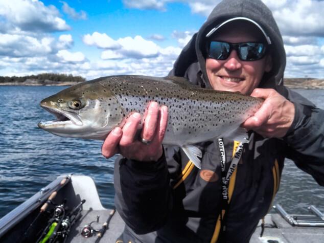 Opastettua meritaimenen kalastusta Suomenlahden rannikolla